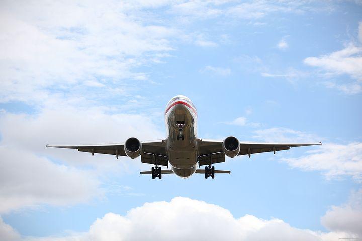 Entre l'idée d'évasion et celle d'être pris au piège: l'avion.